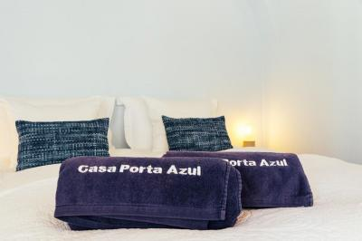 Standard bedroom with beach towels at Casa Porta Azul